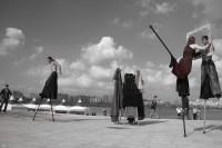 « Volver, un regard en arrière » par la Cie Triade Nomade mardi 30 juillet - Place de l'ancien hôtel de ville & Esplade Badinter à Périgueux – Festival Mimos 2013 - photo Delphine Hummel