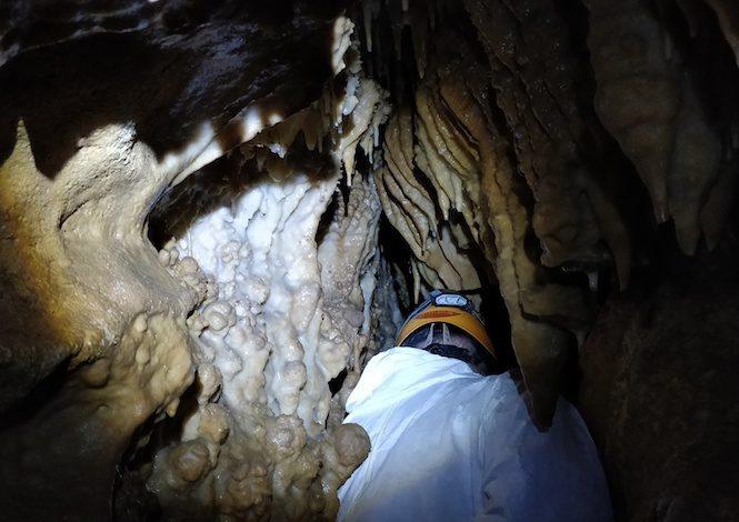 Début de l'expédition dans la partie non aménagée de la grotte @ Philippe Jouhanet